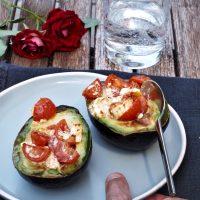 Gebackene Avocado mit Tomaten und Fetakäse