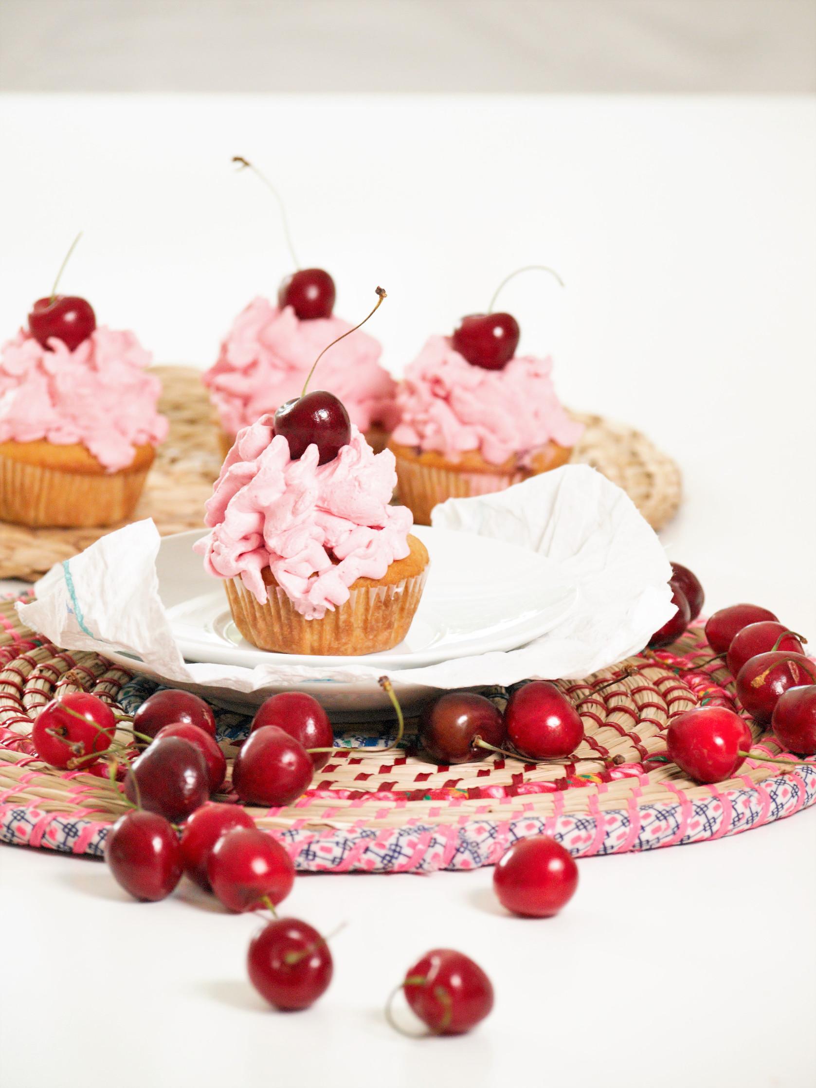Kirsch Muffins mit Sahnehaube